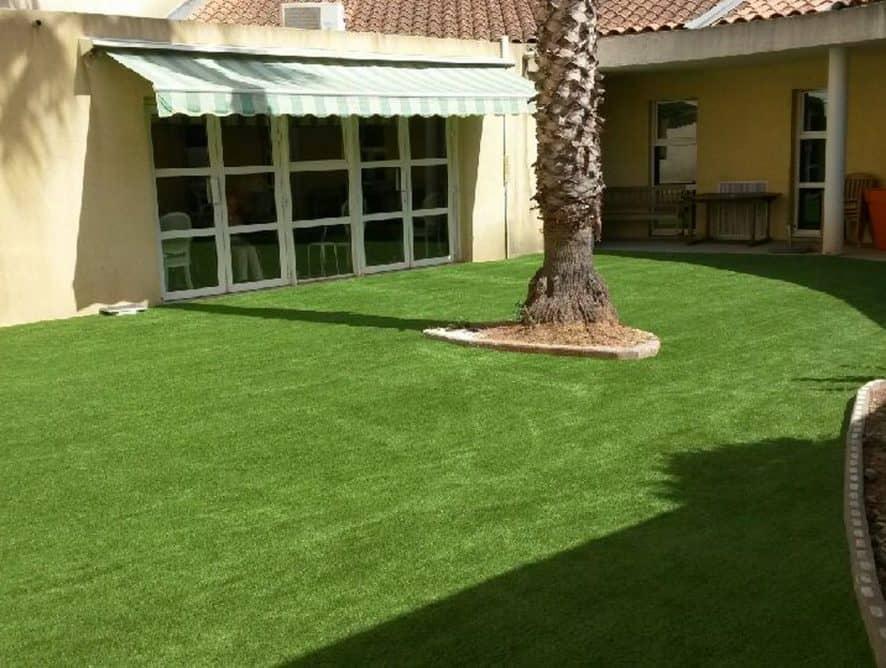 Pose d'une pelouse artificielle à Toulon