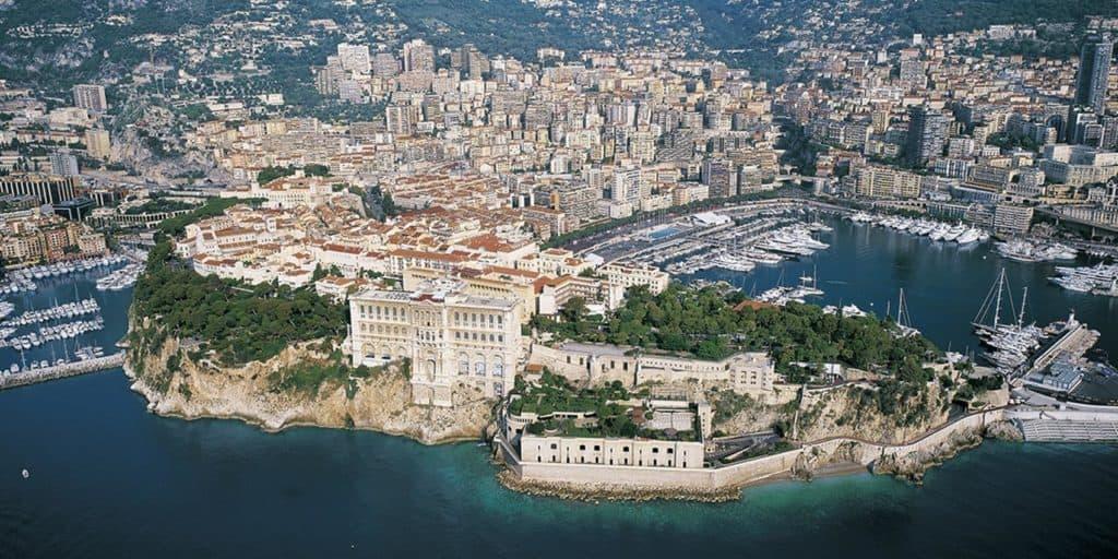 Monaco, pose de gazon synthétique